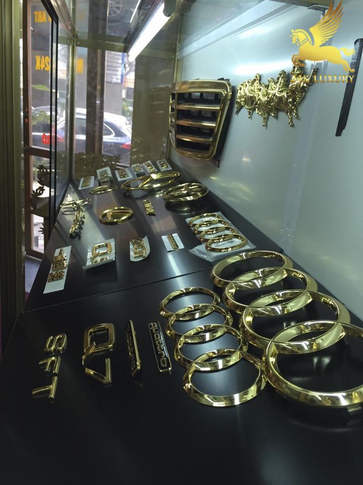 Các bộ phụ kiện - logo ô tô mạ vàng 24k tại Showroom công ty Vina Gold Art