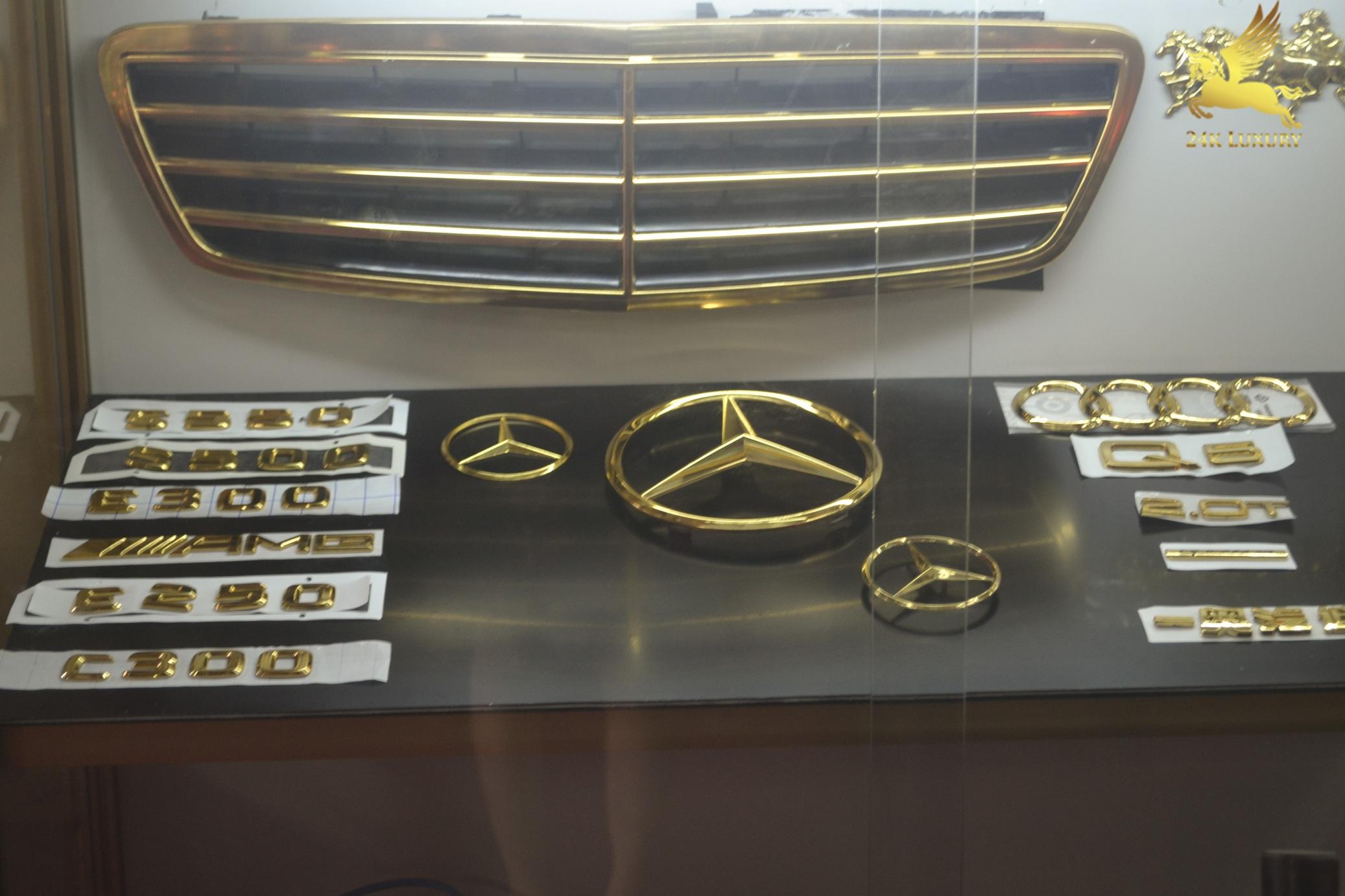 Các bộ phụ kiện và logo mạ vàng 24k