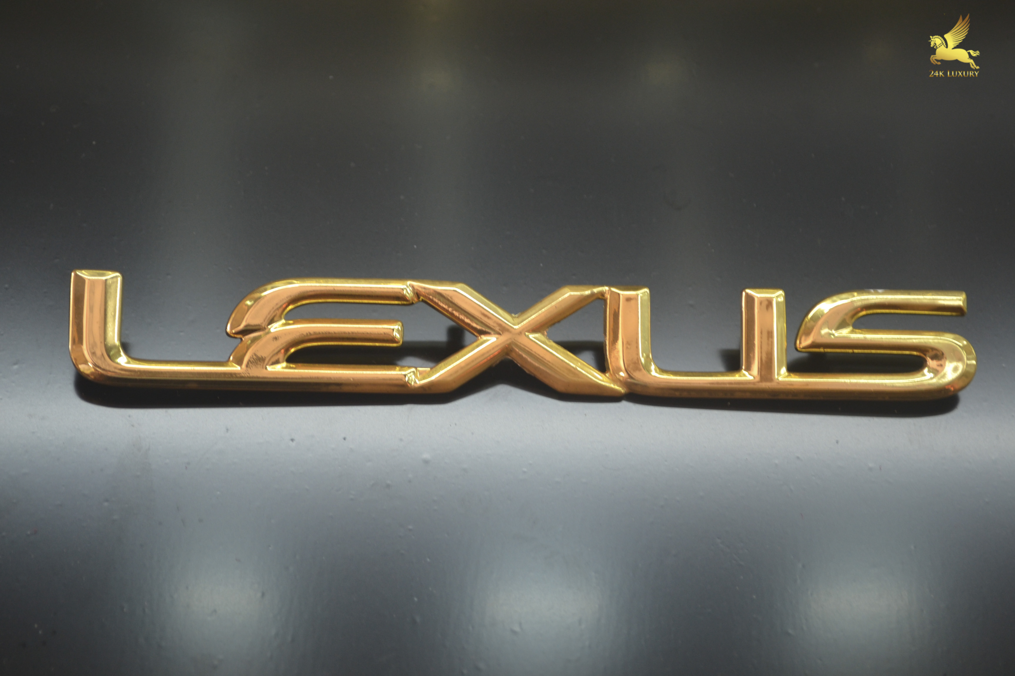 Logo Lesux mạ vàng độc đáo