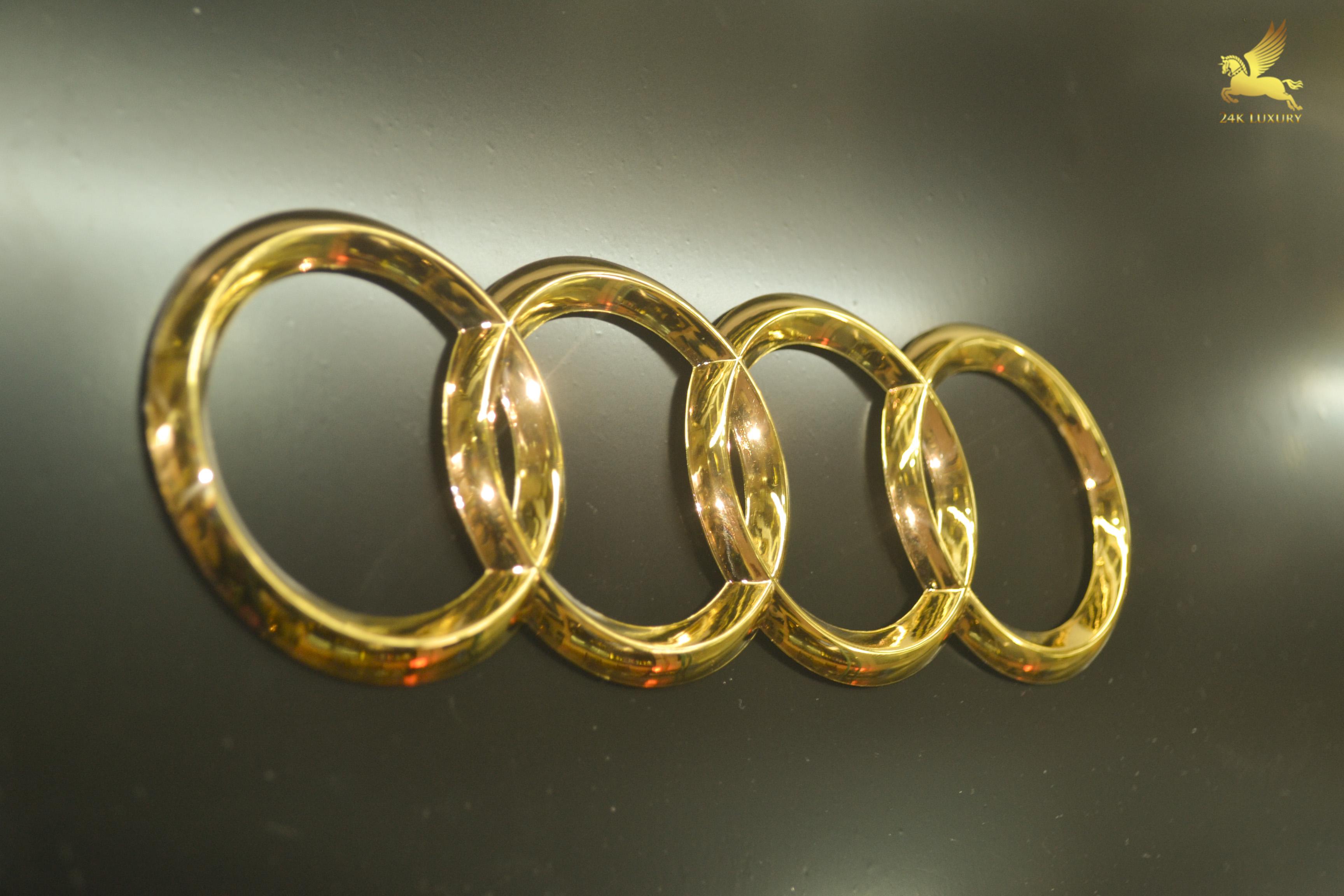 Logo Toyota mạ vàng