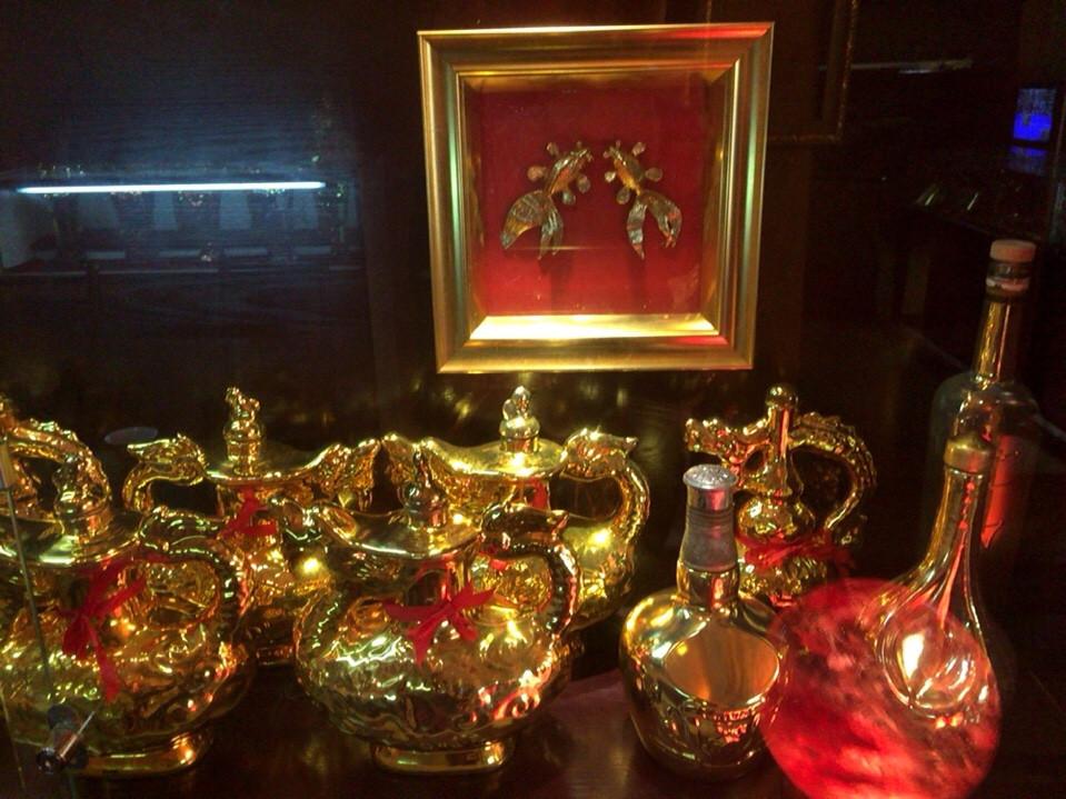 Bình đựng rượu mạ vàng