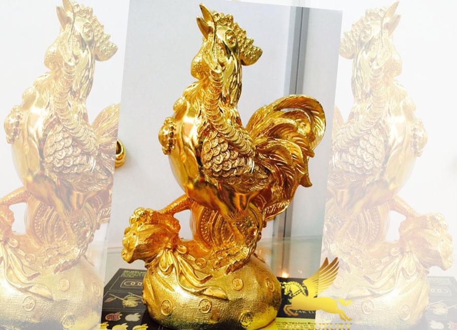 Tượng gà đứng trên túi tiền mạ vàng - Vina Gold Art