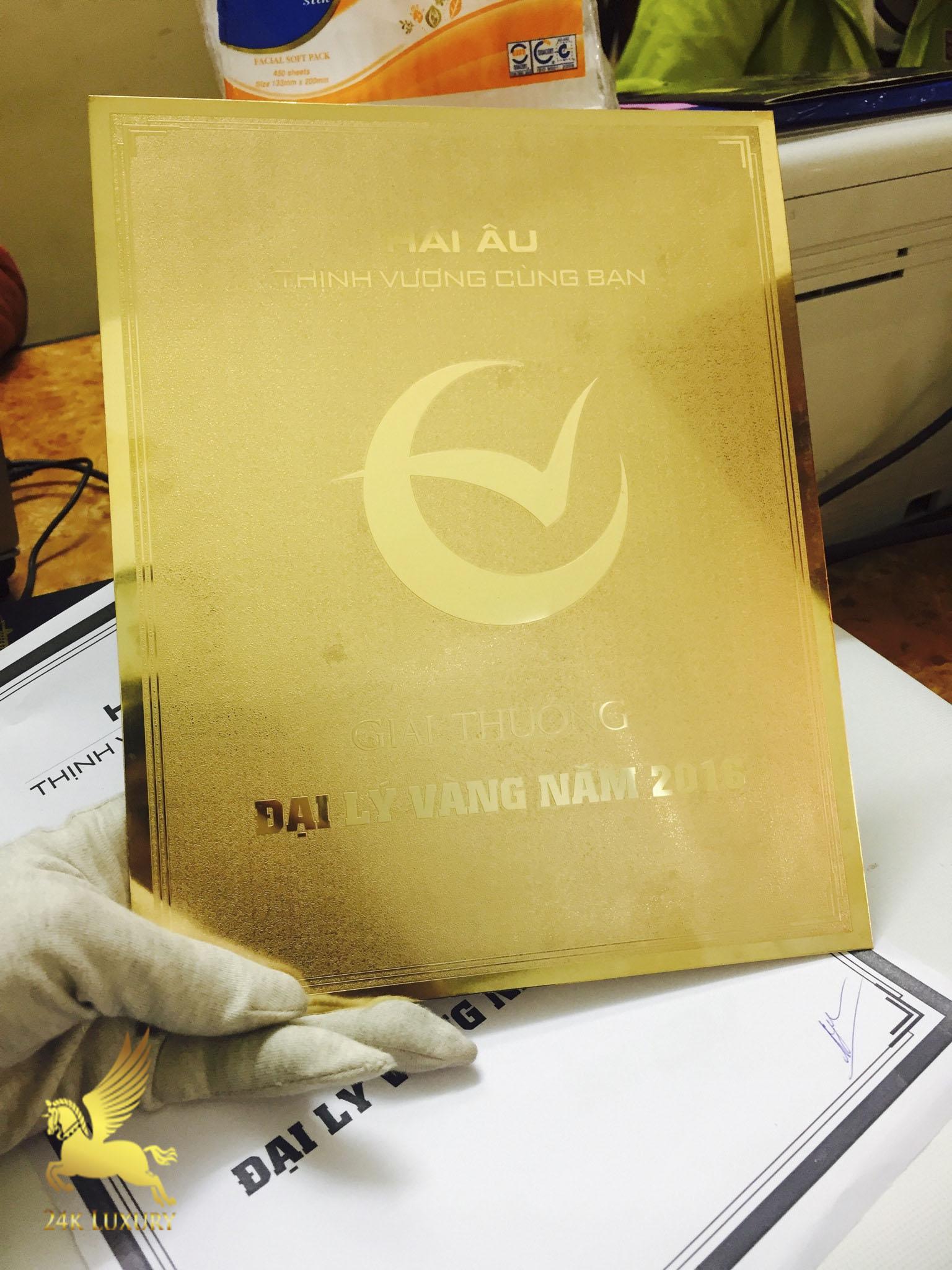 Kỷ niệm chương mạ vàng thể hiện được sự sang trọng và nổi bật,         là món quà thực sự ý nghĩa